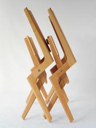 木製折り畳み椅子 二脚を並べた様子
