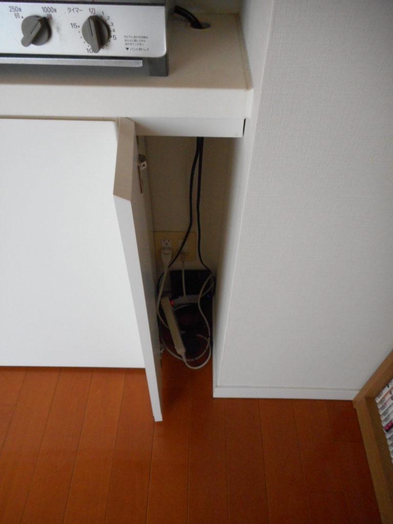 壁コンセントを隠せる小扉の様子