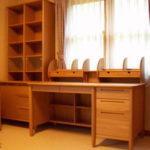 片袖机と書棚