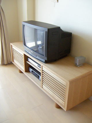 ルーバー引戸のテレビボード
