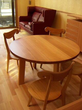 シンプルな丸テーブル