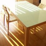 白のガラスのテーブル