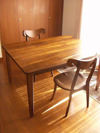 作業テーブルとシープチェアー