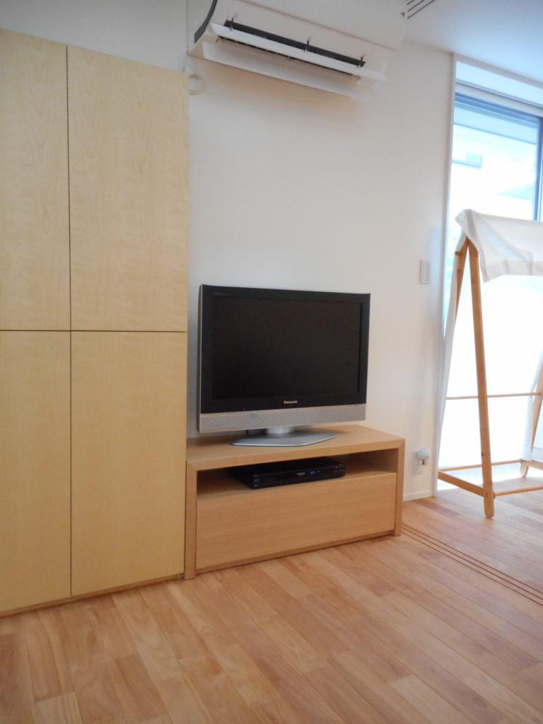 作り付けの棚と並ぶテレビ台