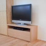 壁コンセントをカバーする簡素なテレビ台