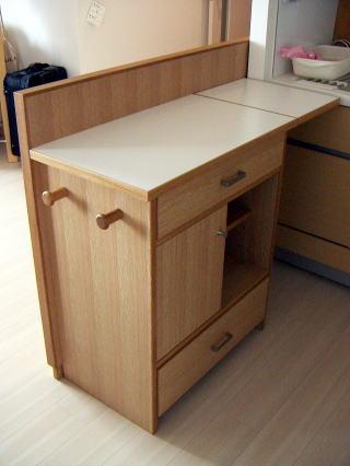 補助天板を広げた間仕切り用キッチンカウンター