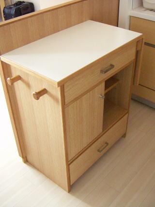 補助天板を畳んだ間仕切り用キッチンカウンター