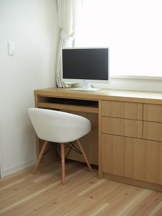 パソコンデスクに椅子をセットした所