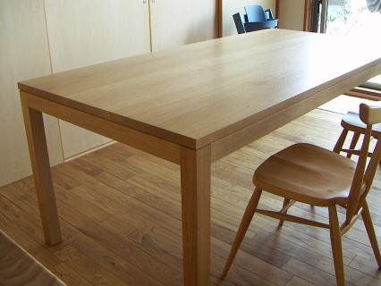 シンプルかつベーシックな4本脚テーブル