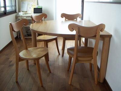 半角半円テーブルとシープチェア