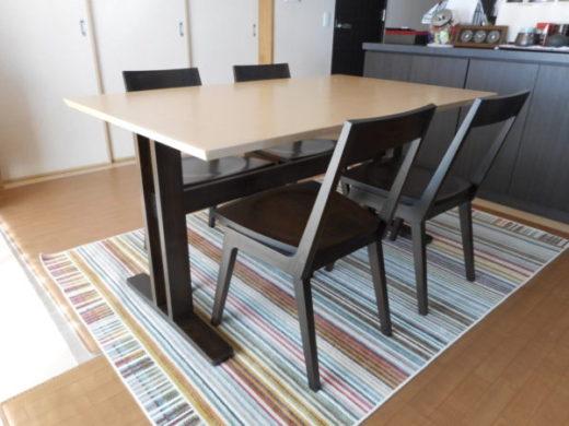 バーチ材天板のダイニングテーブルとKチェア