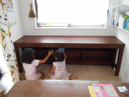 姉妹と新しいデスク