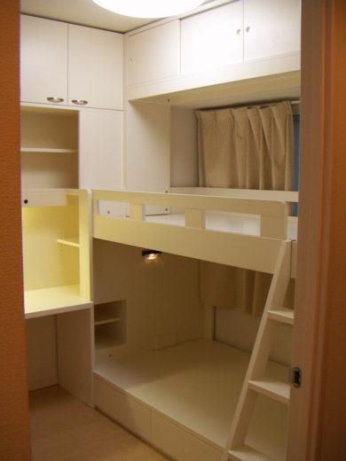 子供部屋の壁面デスクと二段ベッド