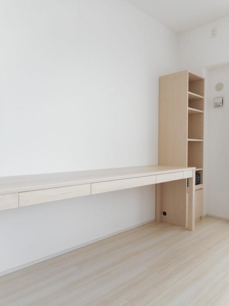 ホワイトアッシュの三人掛けデスクと書棚