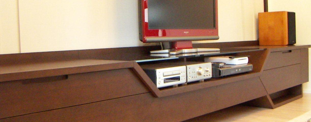 個性的デザインのテレビローボード
