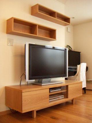 吊り棚付きのテレビボード