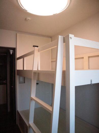二段ベッドの脚元側